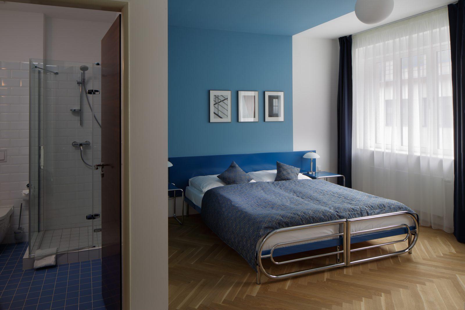 modrý s koupelnou